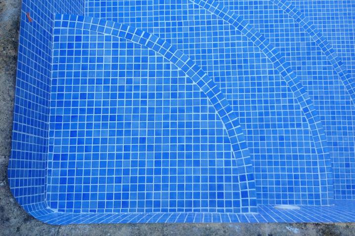 Escalier en mosa que d 39 une piscine segarra carrelage for Carrelage piscine mosaique